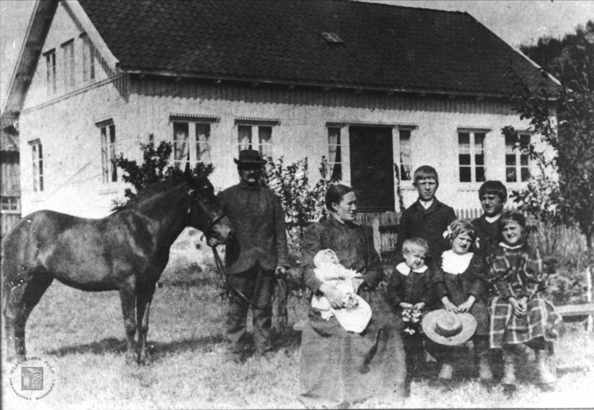 Familiebilde av familien Heddeland