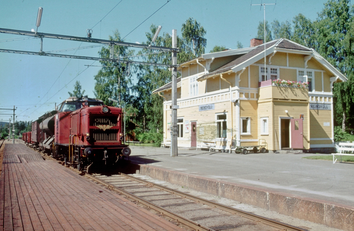 Skift til Skreialinjen med NSB dieselhydraulisk lokomotiv type Di 2. Fra persontrafikken ble nedlagt i 1963 kjørte NSB kipptog fra Eina til Reinsvoll, som deretter skiftet på Skreialinjen.