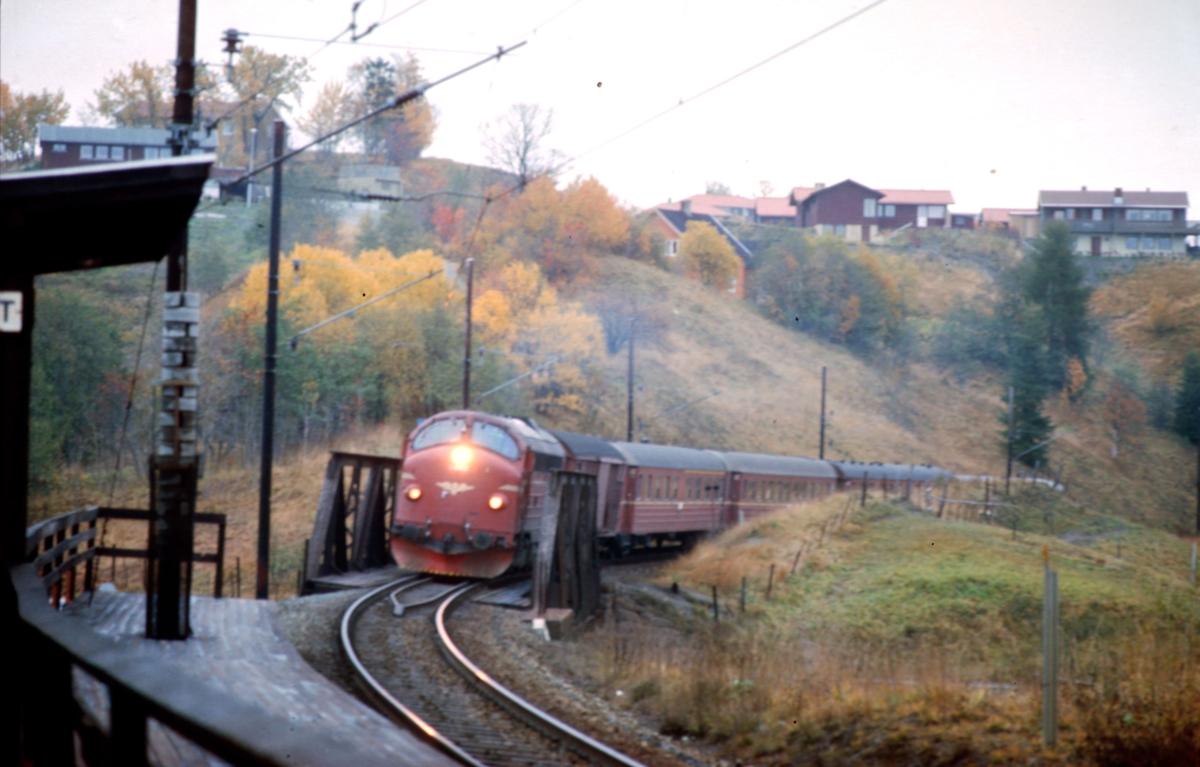 Rørosbanens dagtog, tog 302, på vei oppover Heimdalsbakkene ved Buenget holdeplass