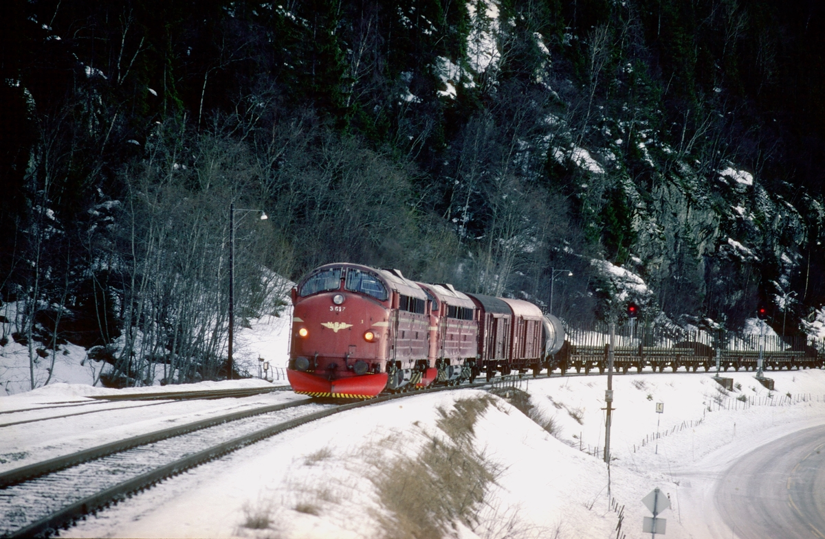 Godstog 5793, Trondheim - Bodø, passerer Langstein stasjon. To lokomotiver type Di 3.