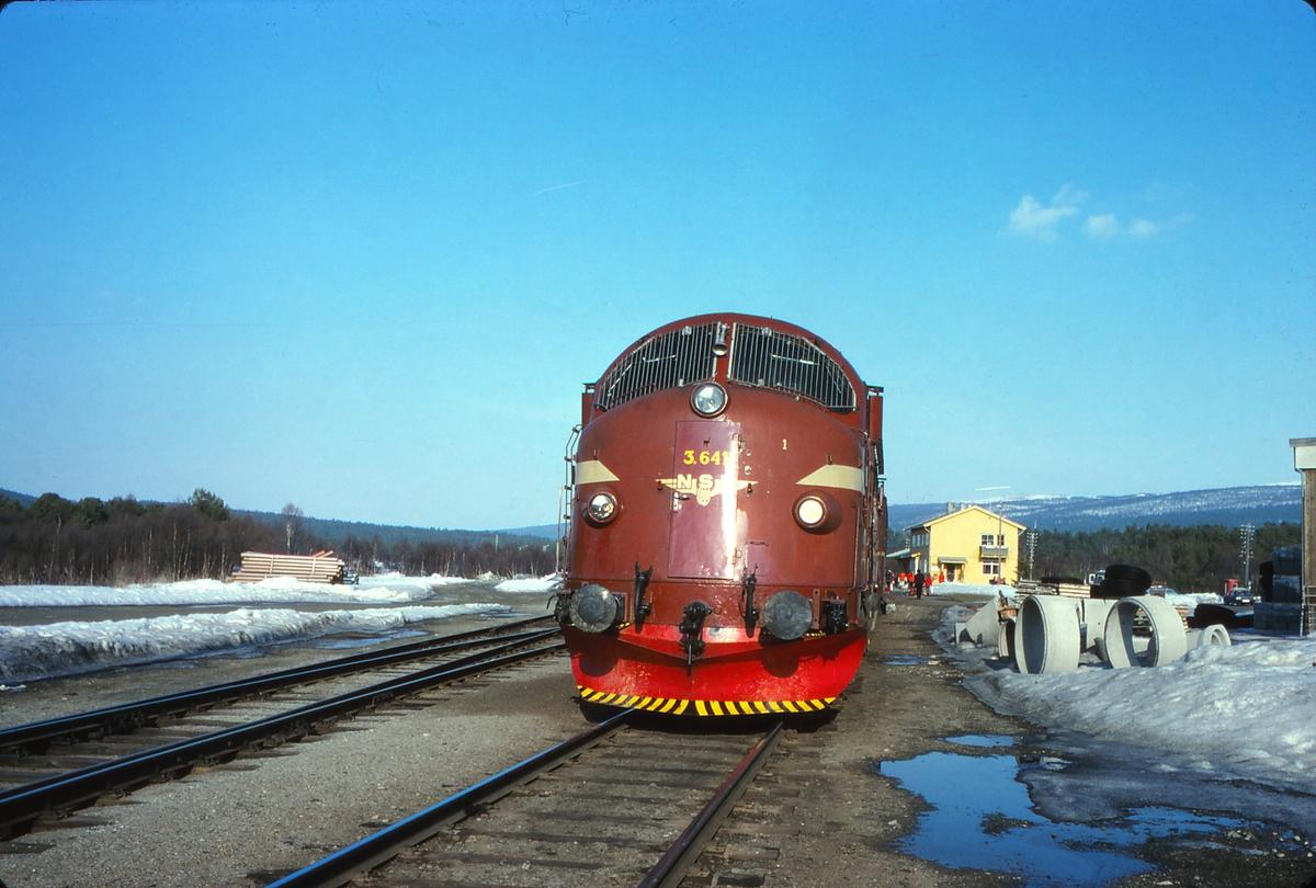 NSB dieselelektrisk lokomotiv Di3b 641 på Os stasjon, Os i Østerdalen, med tog 302 (dagtoget Trondheim - Oslo Ø). Påsken 1979.
