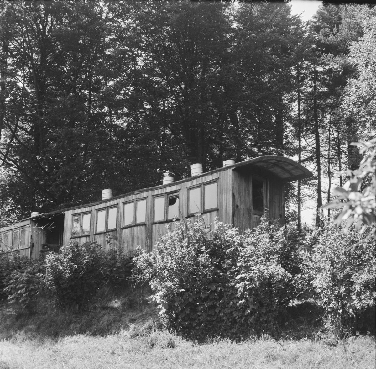 Vognkasser fra Nesttun-Osbanen. Vognen som skimtes til venstre er bygget av Oldbury, vognen til høyre er bygget av Skabo.
