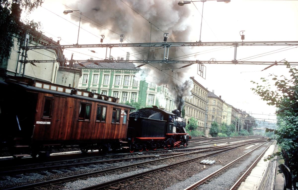 Ekstratog i anledning jernbanens 125 års jubileum, Oslo - Eidsvoll. Damplokomotiv 24b 236.