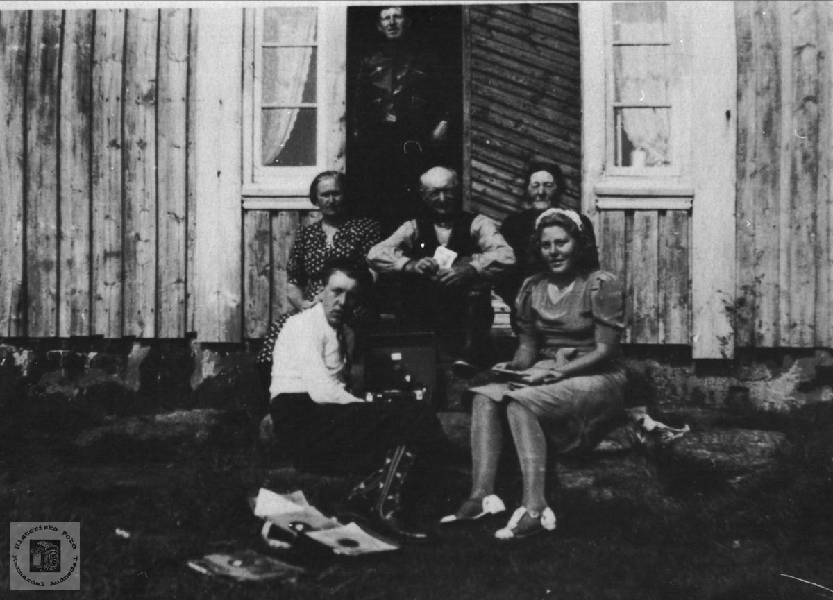 Familiefoto på framtrappa med grammofonmusikk Rusta.