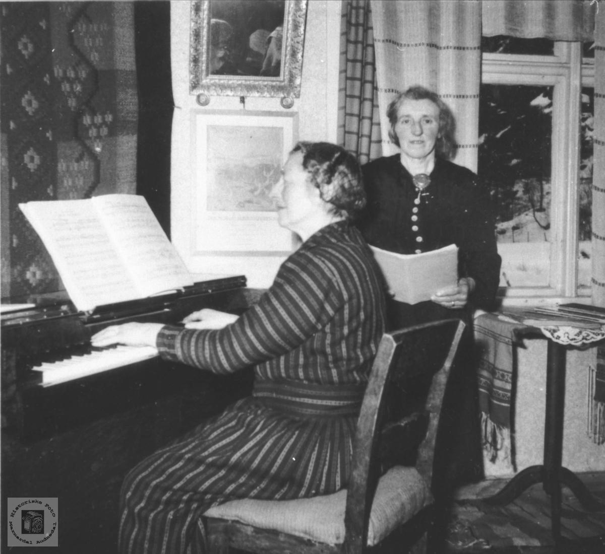 """""""Sangtime"""". Ragna og Anna Kalvekleiv."""
