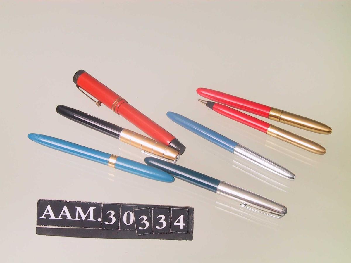 Fyllepenner, 7 stk. i ulike farger, og ulike typer. Sort, gull, sølv, blå, rød og brun.