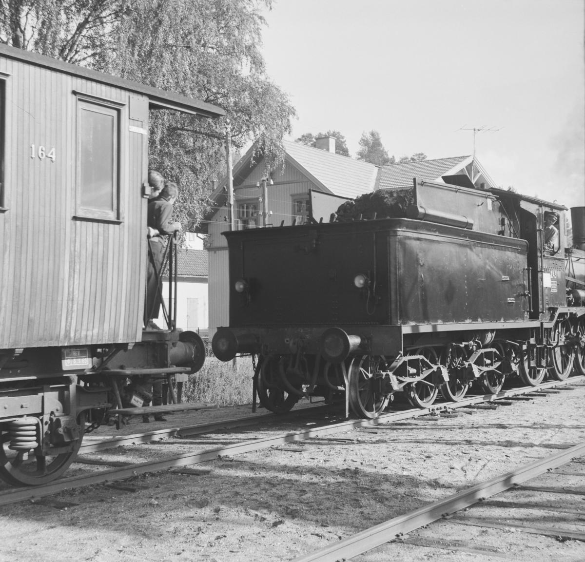 A/L Hølandsbanens veterantog kobles sammen før avgang fra Krøderen stasjon.