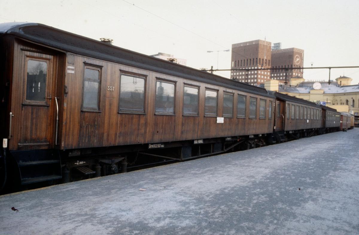 Trevogner på Oslo V. Nærmest B22 nr. 557
