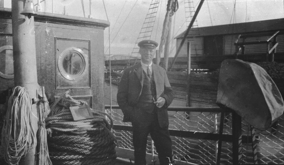 """En mann fotografert om bord på oppmålingsfartøy """"Wilhelm Huth"""". På albumet står det """"De glade Huth-dager i 1925"""". Bildet er tatt på samme sted som FBib.95053-009."""