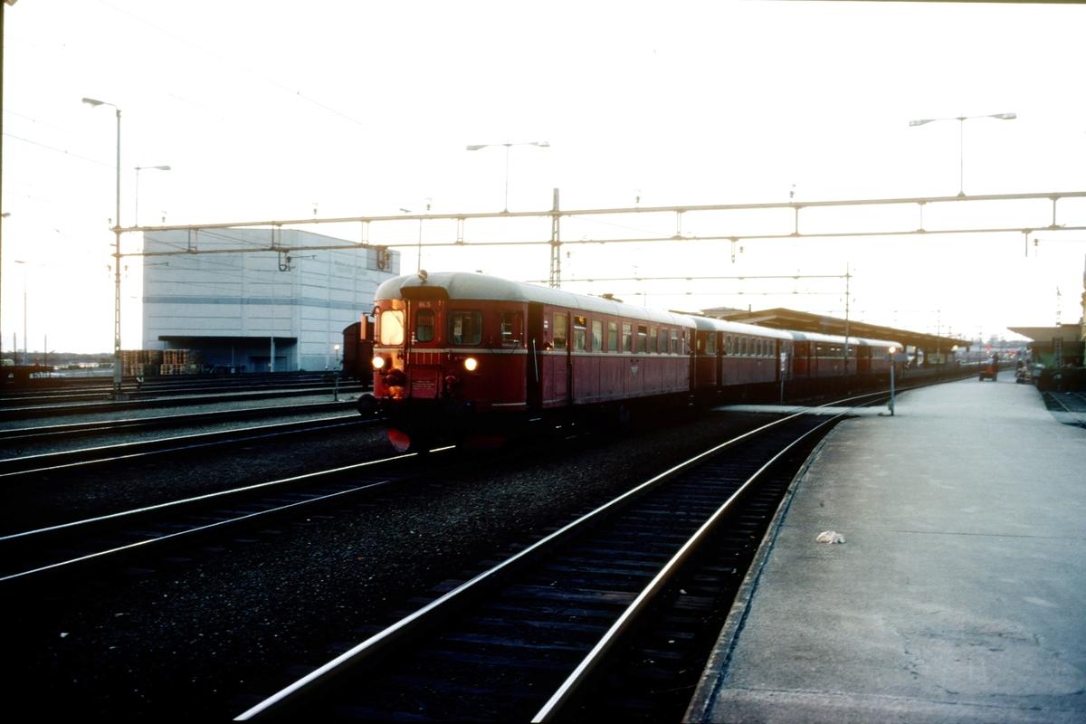 Tog fra Steinkjer har ankommet Trondheim sent om kvelden, og kjører opp til lokomotivstallen Marienborg. Motorvognsett type 86.