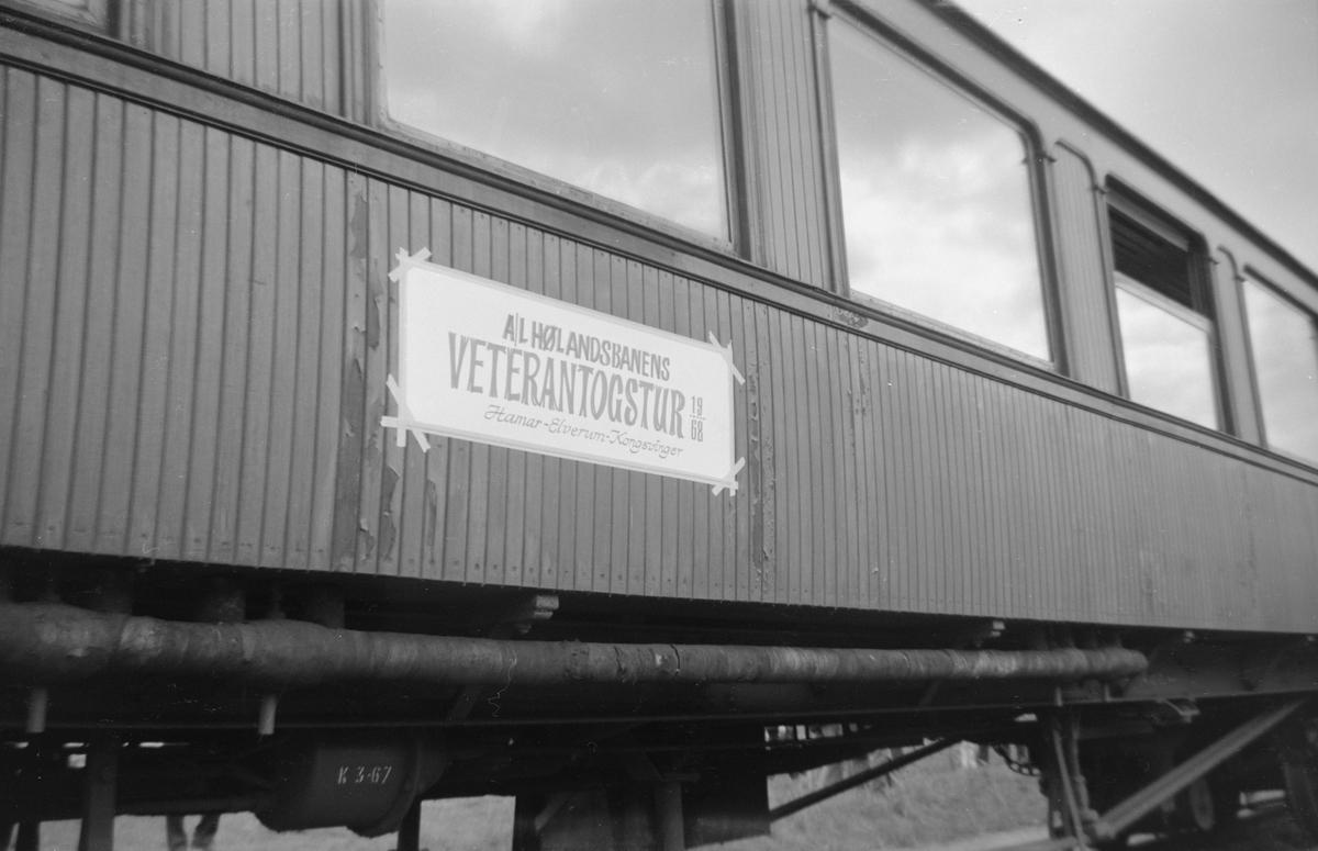 Personvogn Bo3b 81 i Svenska Järnvägsklubbens veterantog til Hamar og Solørbanen, reservert for medlemmer av A/L Hølandsbanen.