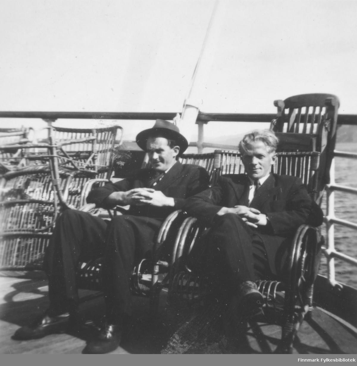 Ombord på hurtigruta, på vei til eller fra repetisjonsøvelse på Drevjamoen, ca. 1955-1956. Til høyre Thorleif Pedersen, mannen til venstre er ukjent