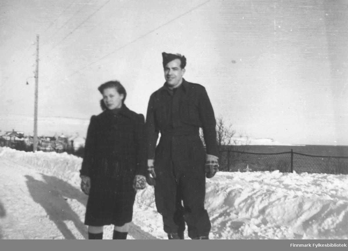 Snefrid Hagen og Erling Kvam fotografert i Vadsø bildet ser ut til å være tatt i Hvistendahlsgate