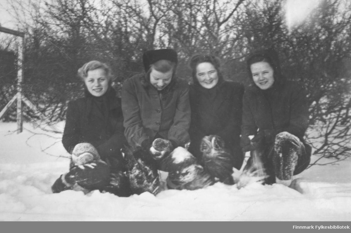 Fire jenter i snøen. Fra venstre: Johanne Methi, Alma Seppelæ, Martha Mietinen og Solveig Simble