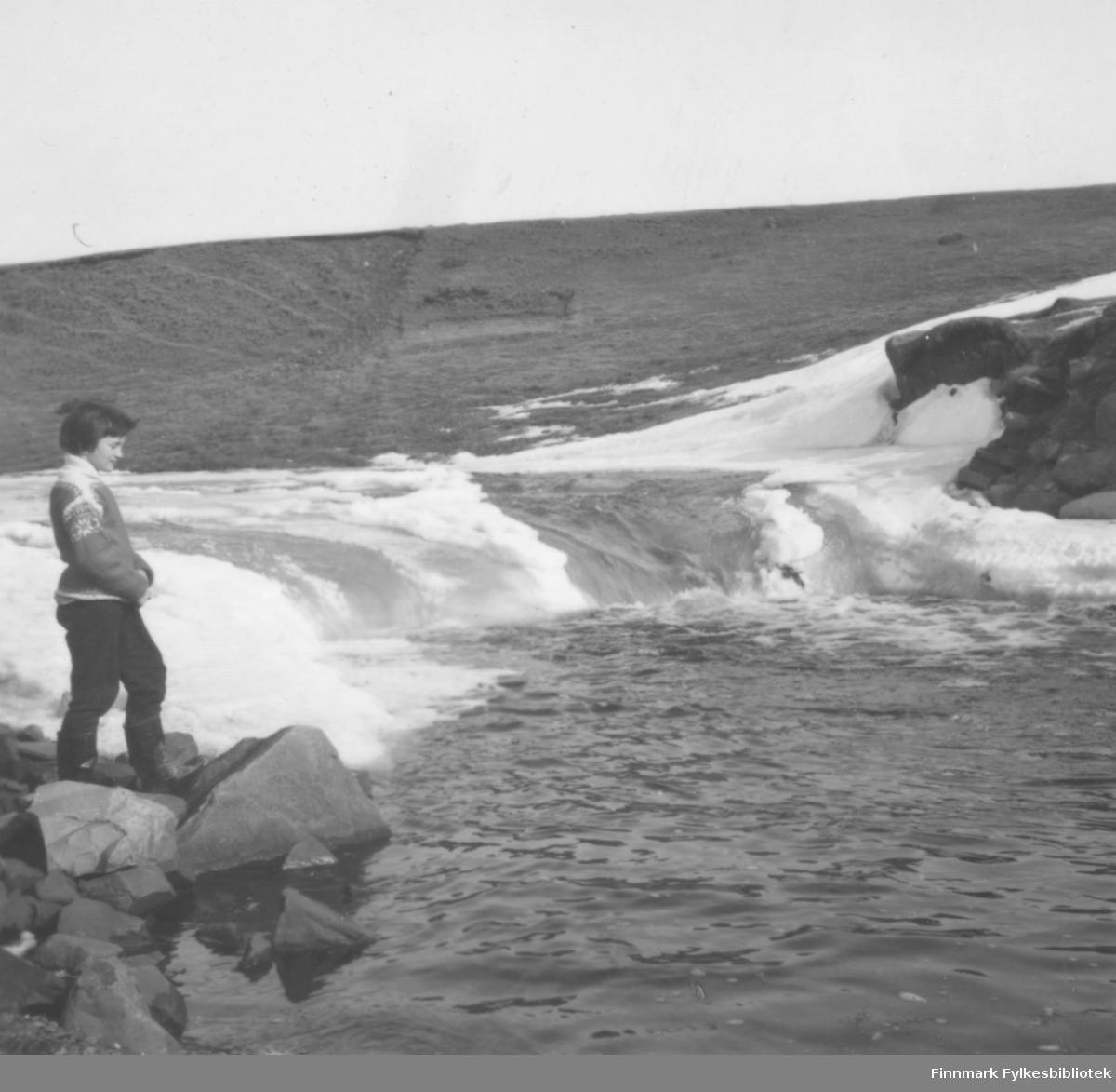 Torill Ebeltoft ved Falkegårdsfossen i Skallelv, ca. 1960