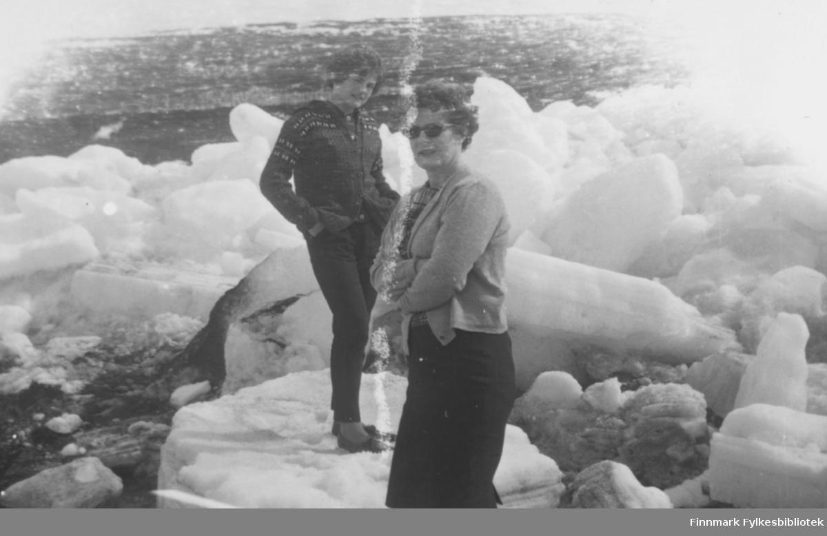 Isgang i Tanaelva, ca. 1960. Fra venstre: Torill og Ragnhild Ebeltoft
