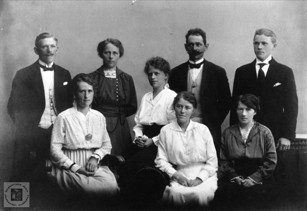 Familiegruppe søstrene Sigvaldsen Skaar