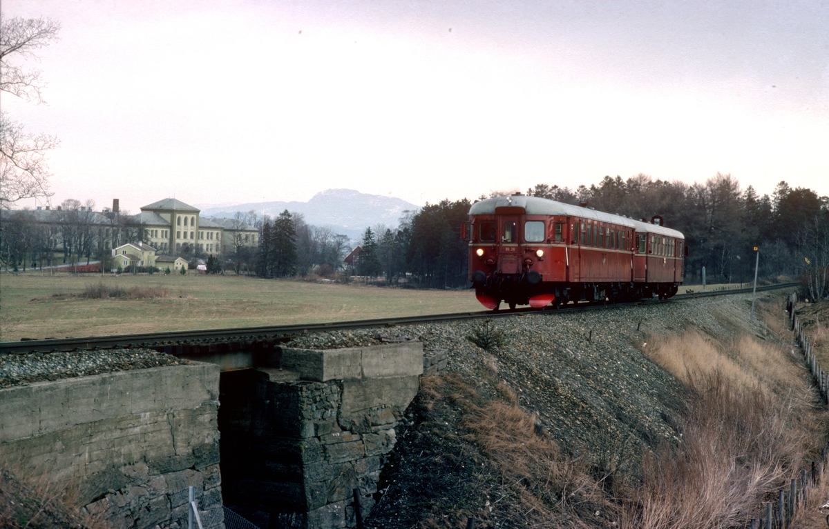 Persontog med NSB dieselmotorvogn BM86 26 ved Leangen.