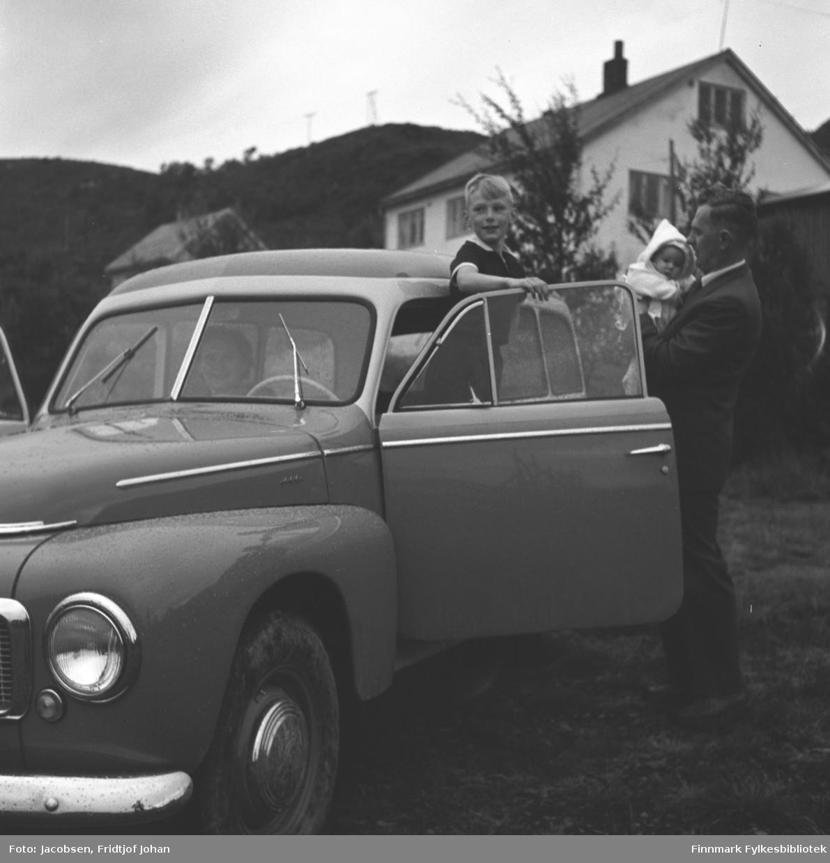 Ragnvald Jacobsen til høyre med datteren Ranveig på armen, sønnen Ivar står i bildøra. Bildet er tatt sommeren 1958 på eiendommen til Arne Nakken i Rypefjord. Bilen tilhørte FFRs administrasjon