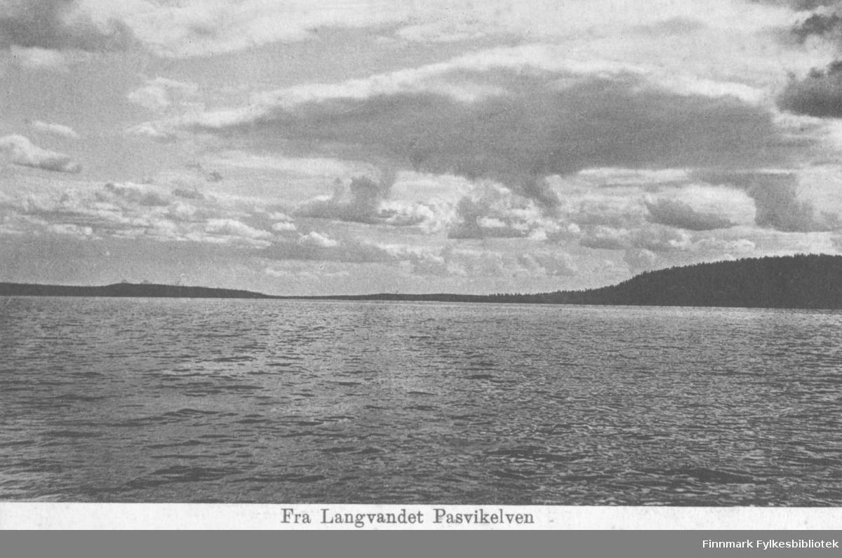 Postkort fra Langvandet ved Pasvikelven. På fotografiet ser man utover det småkrusete vannet. På den andre siden er det trekledte fjell. Det er skyer på himmelen