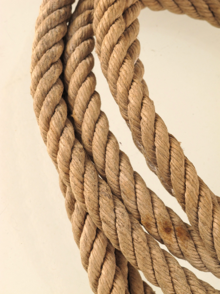 Taukveil fra slutten av krigen 1940-45  Trossetykkelse, omkrets 6 cm.  ubrukt trosse av fire kordeler.  Ombundet med tynn papirhyssing i endene, og to hyssinger omkring bunten.