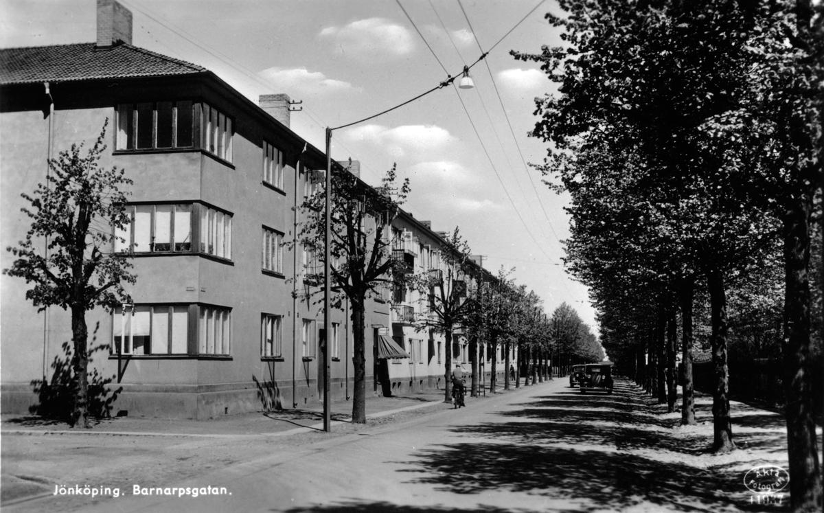 Hörnet Sjögatan-Barnarpsgatan i Jönköping. Huset, med det tidstypiska sättet att bygga fönster i hörnet är från 1930-talet.