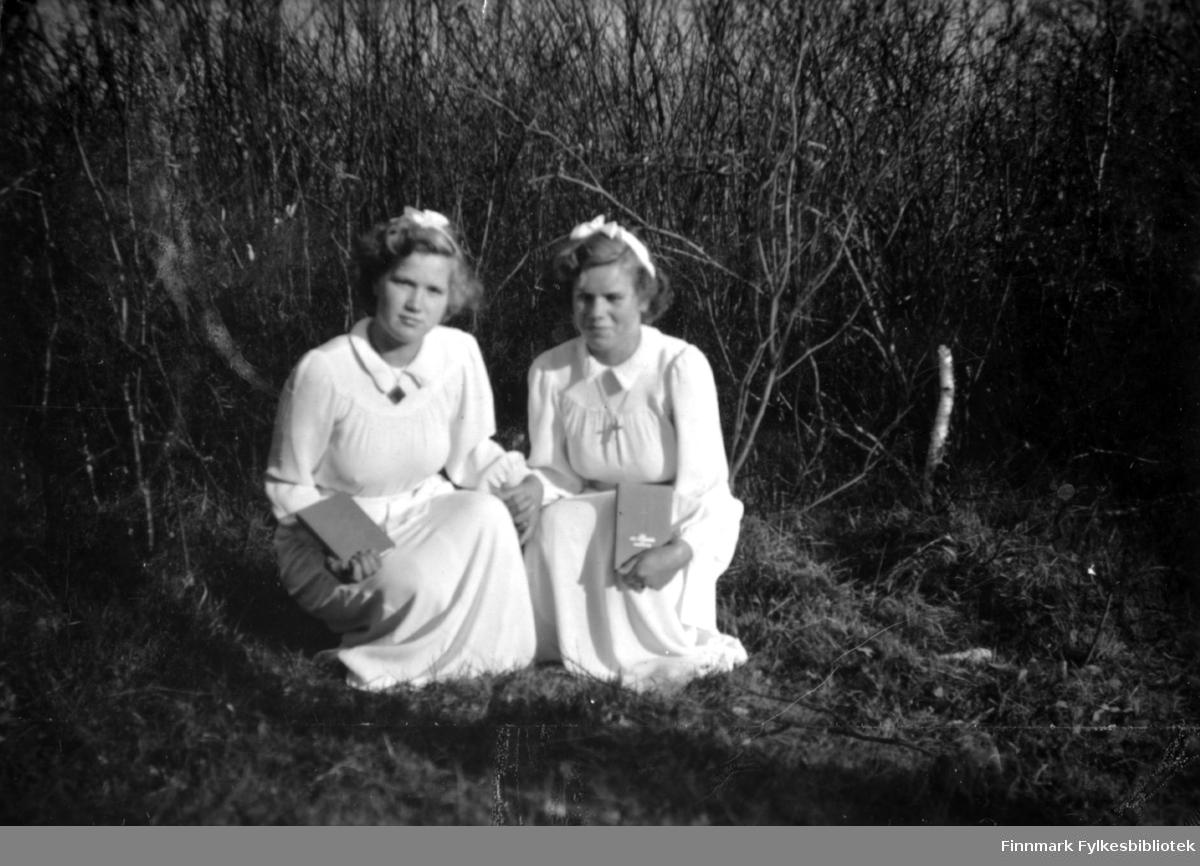 Konfirmantene Elna og Else Stenbakk fotografert i 1949.