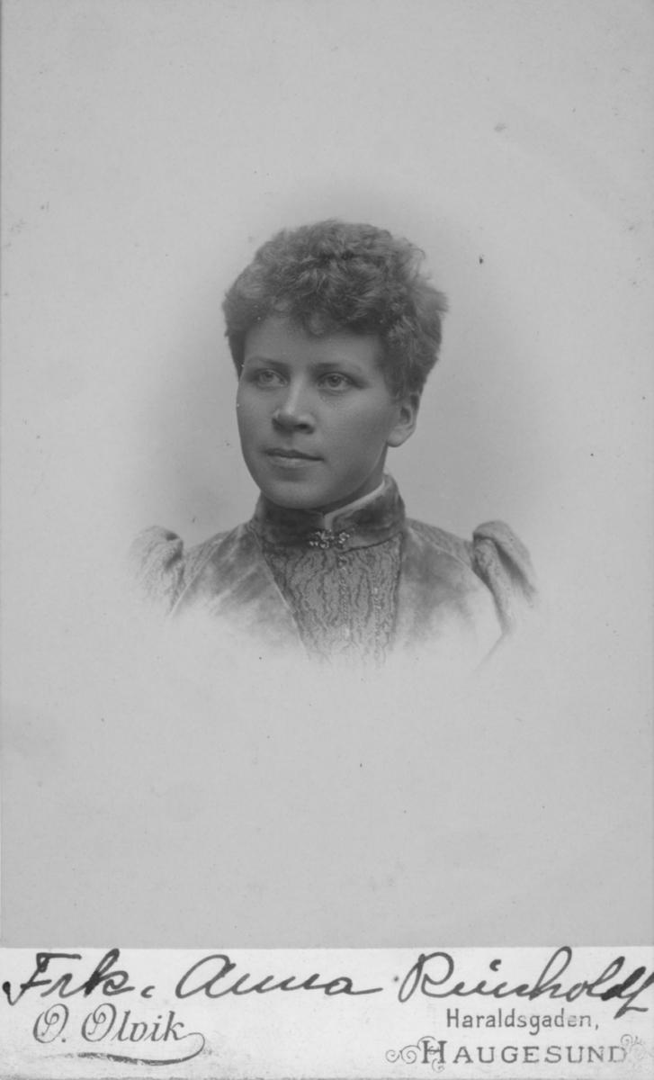 Portrett av en ung kvinne, Anna Reinholdt. I folketellinga 1900 var hun telegrafistinne og og losjerende i Oscarsgate i Vadsø