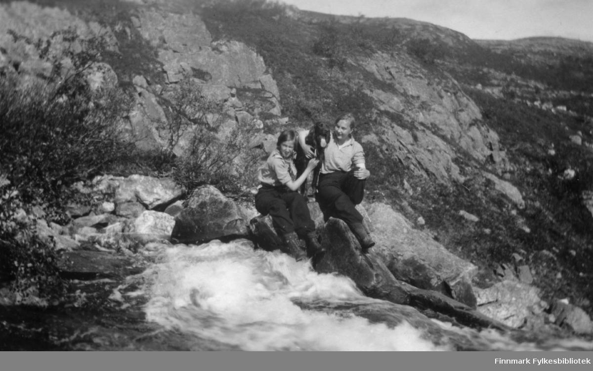 Ruth Grønvigh og Ella Gunnari på tur til fossen ovenfor Fosshytta i Bugøyfjord, sommeren 1934