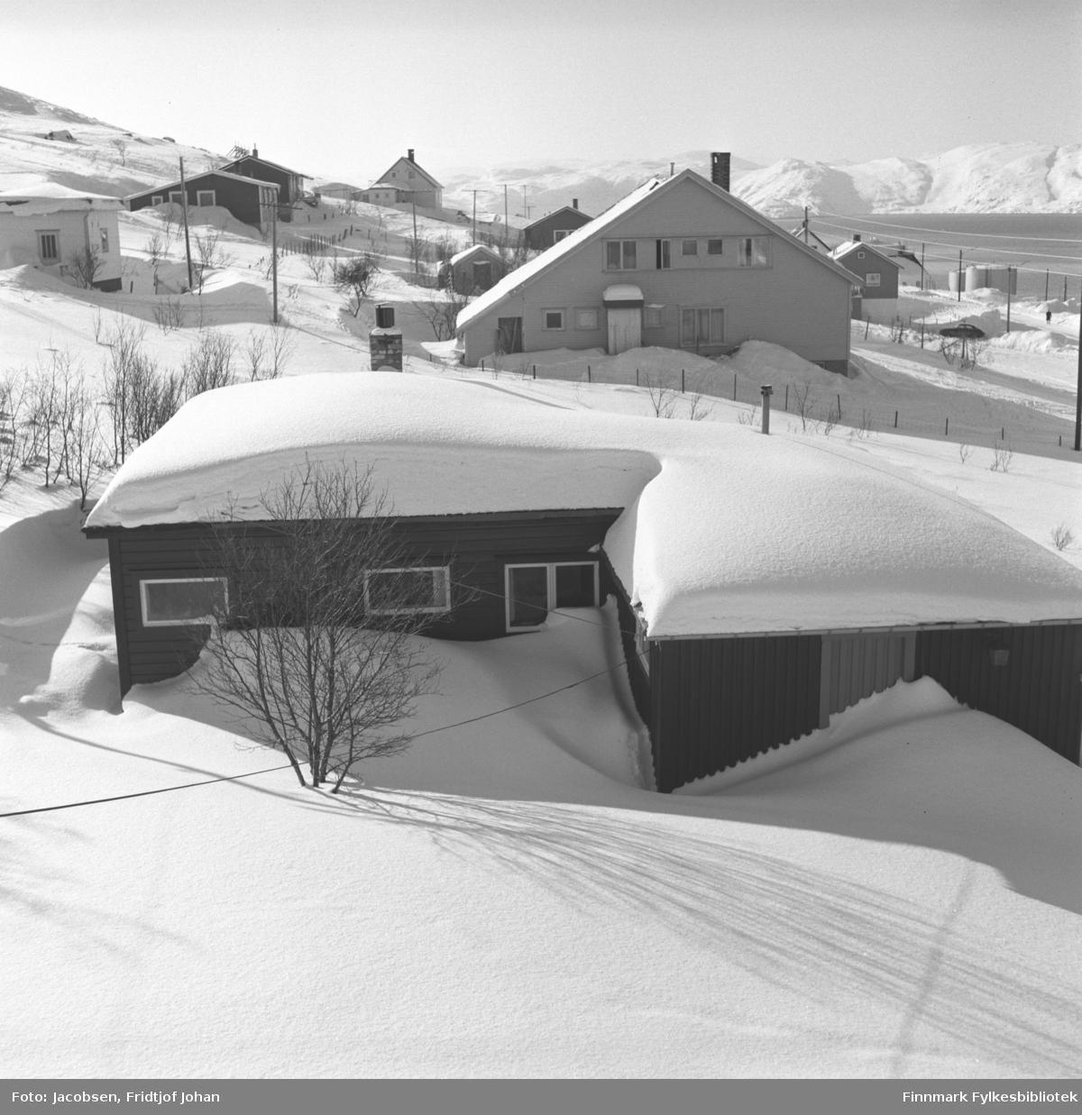 Fotografi tatt fra Arne Nakkens hus i Rypefjord mot Stornes. Nærmest ligger Fridtjof og Aase Jacobsens hytte.