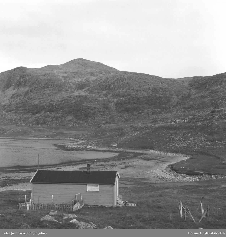 Motiv fra Kvalfjorden like utenfor Hammerfest. Foran på bildet ses Peder Israelsens hytte. Til høyre på bildet, med røstveggen mot kamera står Kåre Nordhus' hytte.