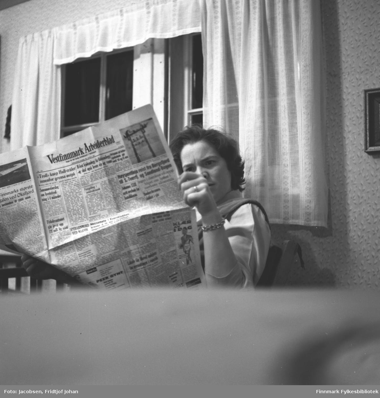 Herbjørg Jacobsen, kona til Alf Jacobsen, leser Vestfinnmark Arbeiderblad, nå Finnmark Dagblad. Stedet er ukjent, men sannsynligvis i Hammerfest.