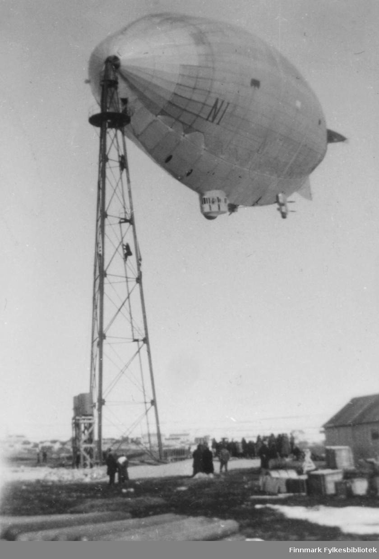 Luftskipet 'Norge I'. 5. mai 1926. Luftskipet er fortøyd til masten. Endel folk sees nede ved mastefoten. Nesten samme bilde som nr. 016.og 017.