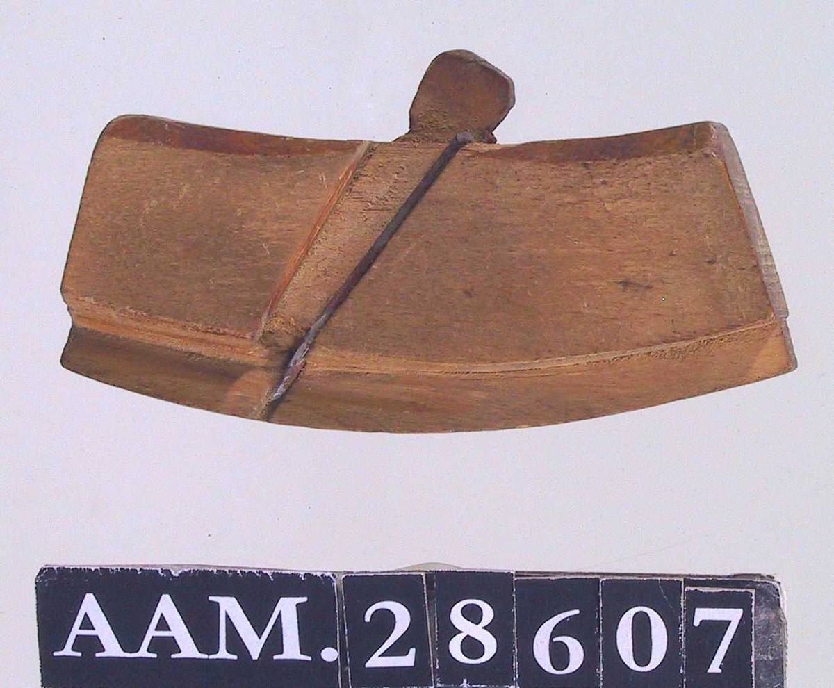 Snekkerverktøy, for innvendige buer .  Buet høvelstokk med h.jern på begge sider.  Hjemmelaget, høvelstokken formet på bandsag.