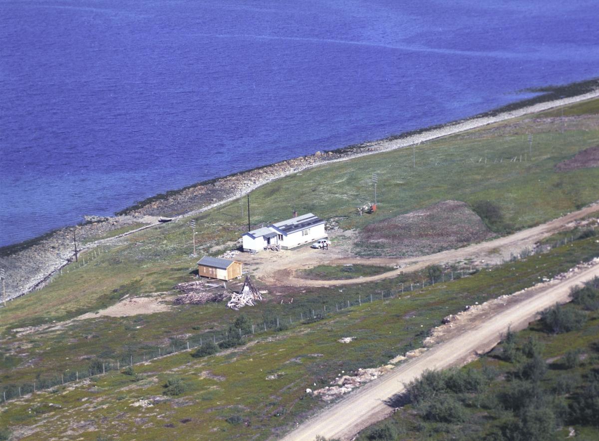 Flyfoto fra Friarfjord. Negativ nr. 122679. Kunden var Harald Barbala i Friarfjord.    Fargekopi finnes i arkivet.