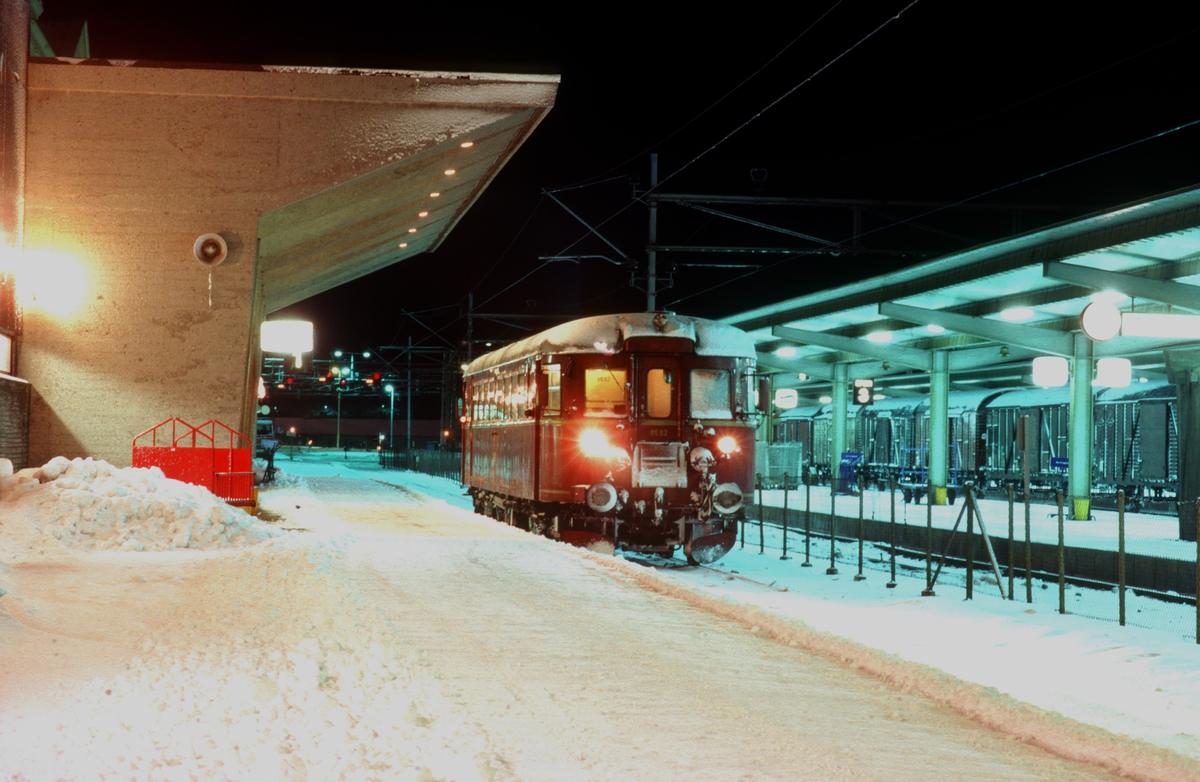 Lokaltog til Stjørdal med NSB motorvogn BM 86 62 på Trondheim stasjon en vinterkveld.