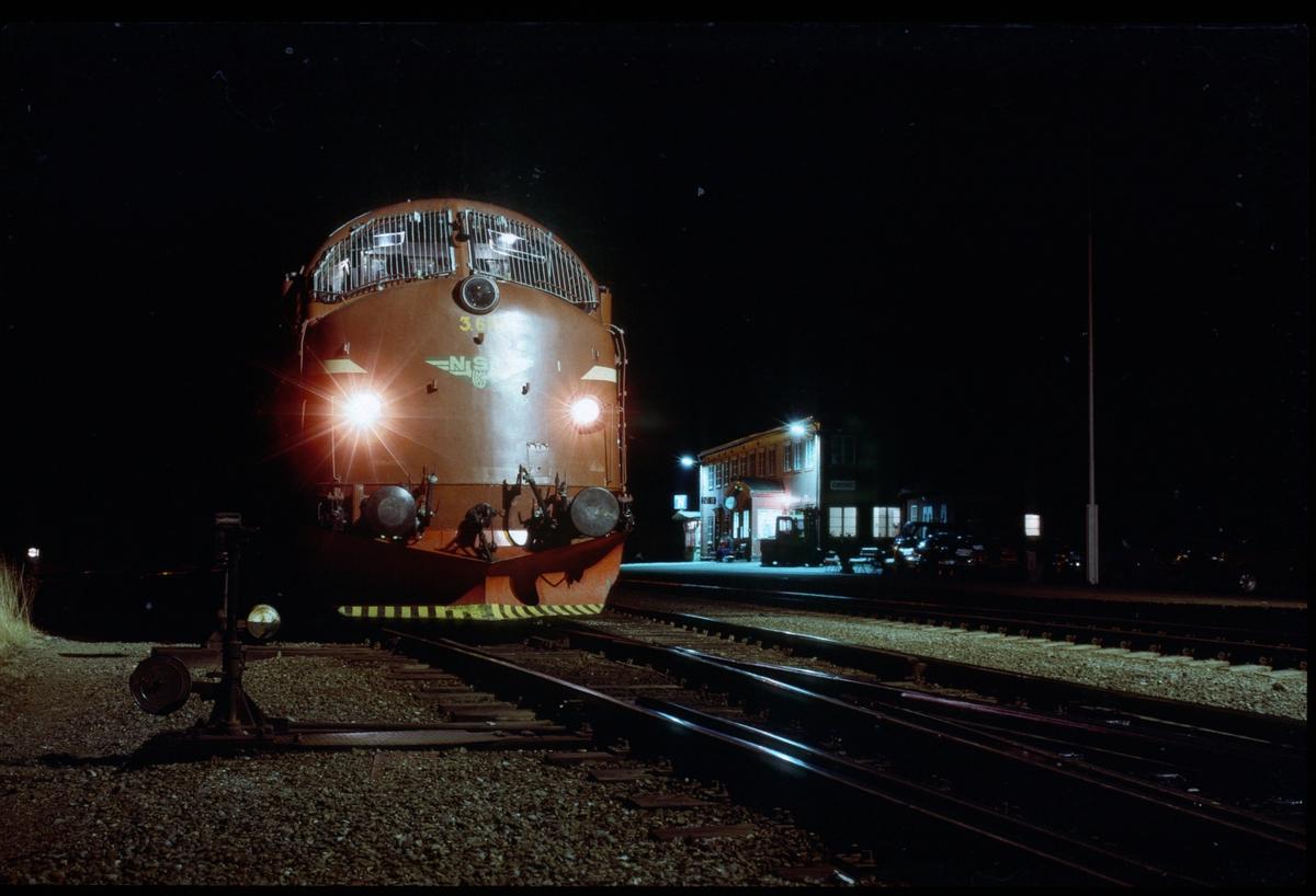 Kveldsbilde av godstog i Grong stasjon. NSB dieselelektrisk lokomotiv Di 3 612.