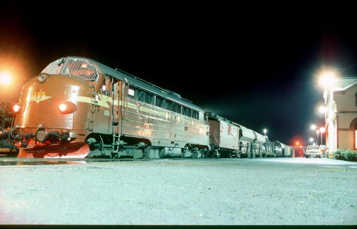 NSB godstog 5771 Trondheim - Namsskogan i Levanger midt på natten. Dieselelektrisk lokomotiv Di 3 630. Bak lokomotivet togets konduktørvogn for togføreren (overkonduktøren). Dette var et skiftende underveisgodstog og derfor var ikke lokomotivfører togfører.