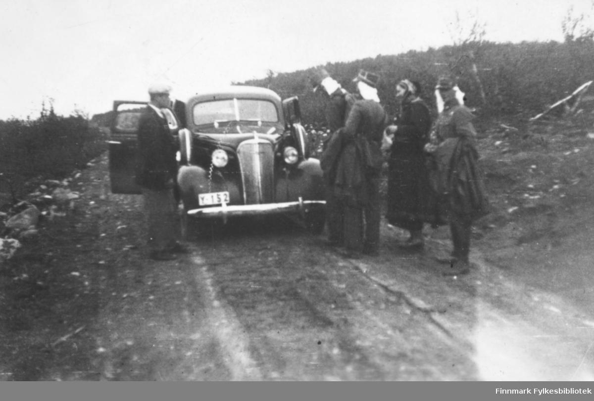 """På vei over Finnmarksvidda med bil, myggslør og elendig veistandard. Innskrift i album """"På vidda"""". Chevrolet årsmodell 1937 med registreringsnr. Y-152. Reservehjul i begge forskjermene var uvanlig."""