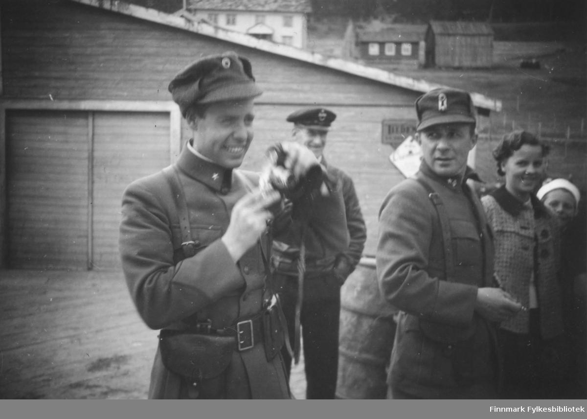 En soldat gjør ablegøyer på kaia, antakelig i Bossekop. Innskrift i album: Typisk stilling for Trygve