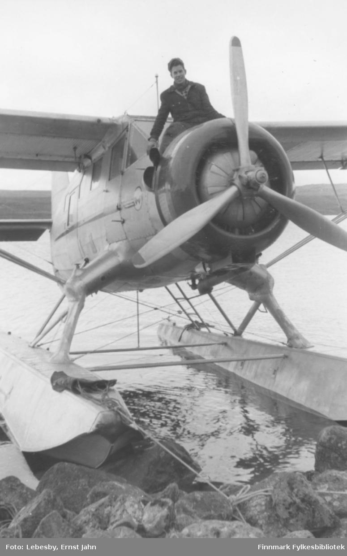 """Fotoserie fra tur med sjøfly til Peskvannet 12. og 13.august 1955. """"Norseman på Peskvannet med gallionsfigur Ole Gustav Øverdahl.""""  Foto: Ernst Lebesby."""