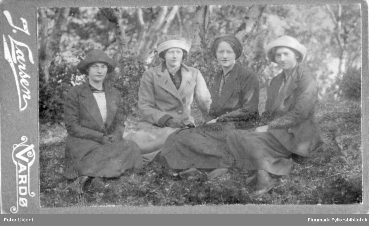 Gruppebilde tatt under et besøk i Tana ca. 1918-1920. (Bak fotografiet står det for øvrig 1914). Fra venstre: Frøydis Bjørgan, Maren Bjørgan, Sara Gabrielsen og Magnhild Bjørgan. Foto: Ukjent.