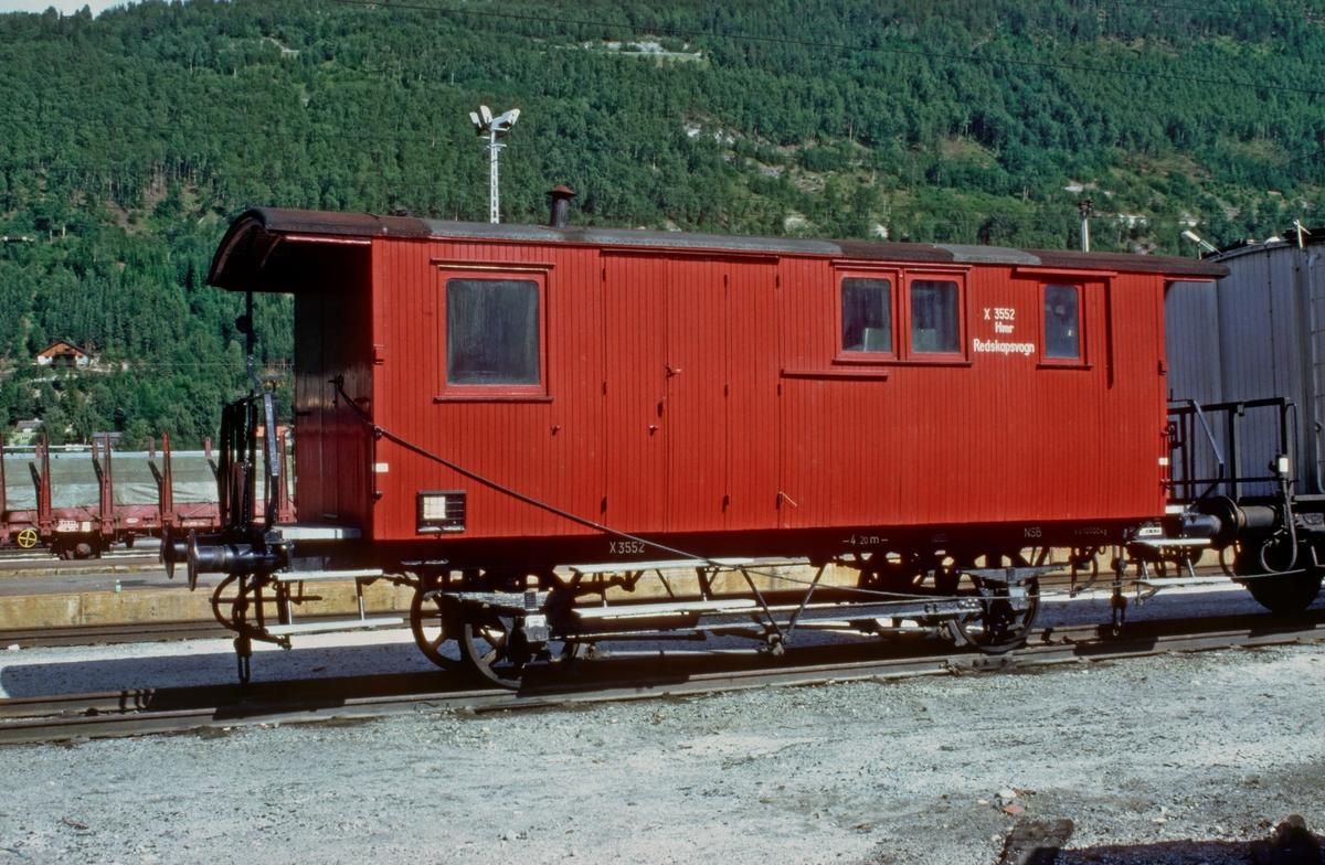 Konduktørvogn F 3552 på Otta stasjon.