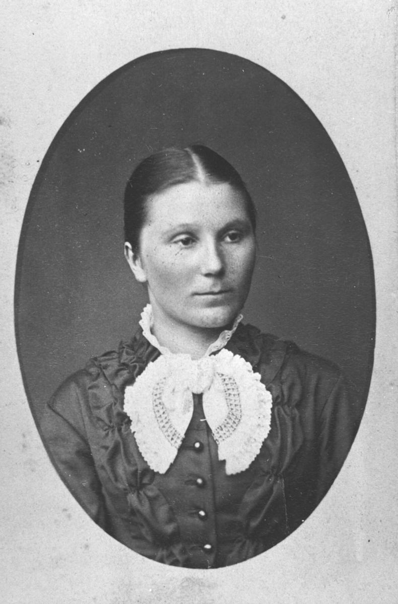 Halvkropsportrett av en ung kvinne, Sofie Simonsen. Bildet er kopiert i ovalform. Bak bildet står det:' Max Behrends, Portrait Maler, Bergen. Störste udvalg af Norske nationalbilleder, Pladen opbevares'