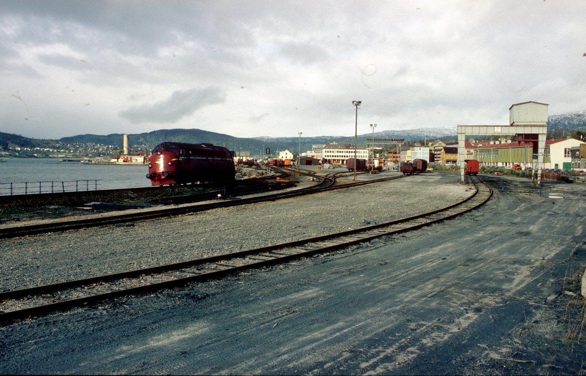 Mo i Rana jernbanestasjon. Lastegate med kran til høyre. Et lokomotiv type Di 3 skifter.
