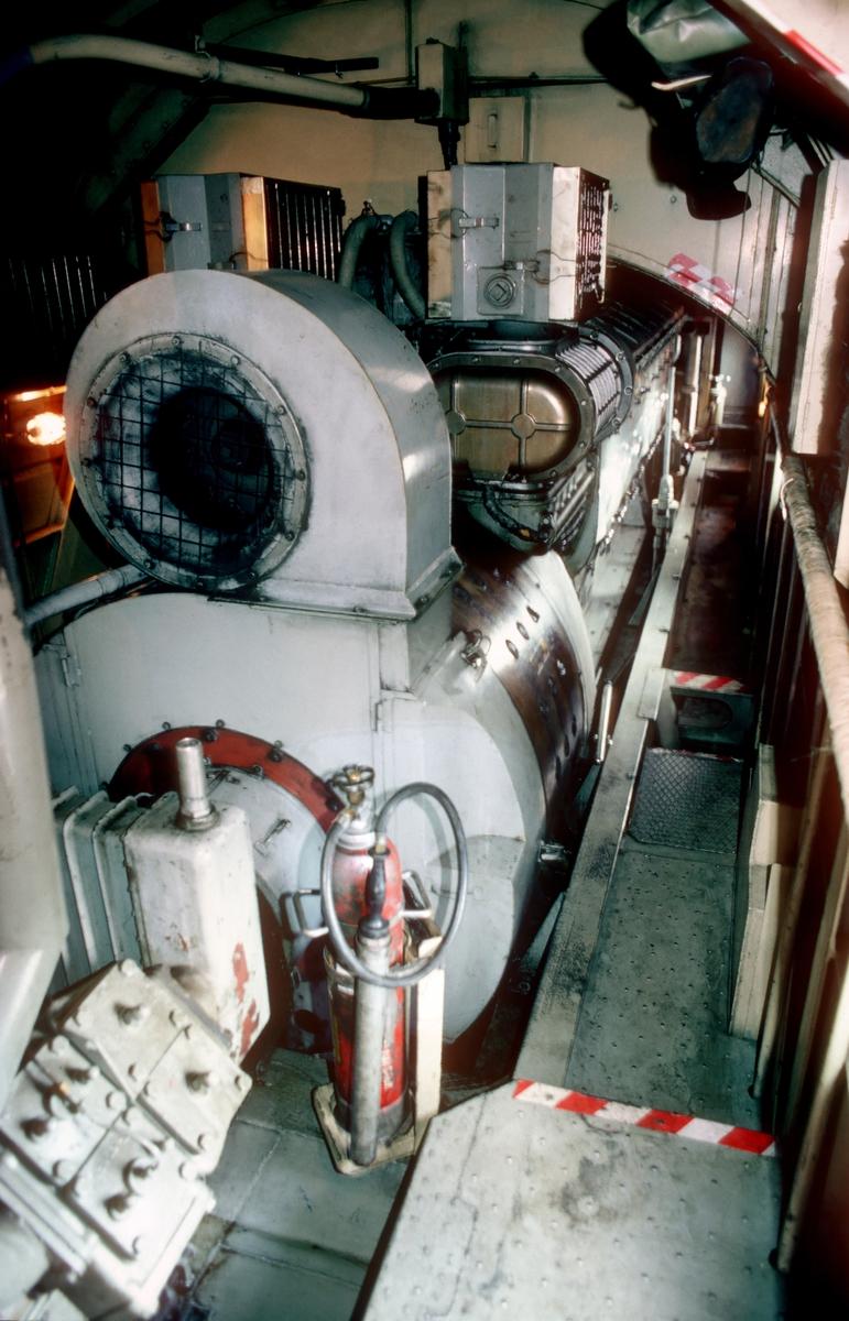 Maskinrommet på et av NSB sine dieselelektriske lokomotiver type Di 3. Vi ser bla. hovedgenerator og dieselmotor (GM-EMD 16-567C, en saktegående V-motor)