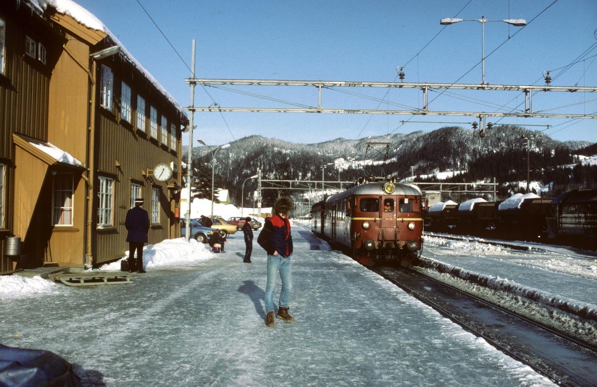 Lokaltog fra Trondheim kjører inn på Støren stasjon. Elektrisk motorvogn BM 65B 26.