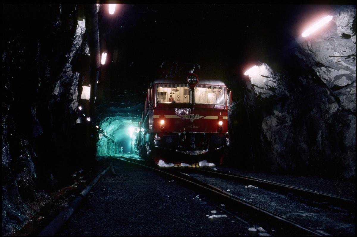 Opplasting av kobberkis og svovelkis i Folldal gruver sitt anlegg i Tverrfjellet, Hjerkinn. NSB elektrisk lokomotiv El 14 2168. Toget skal til Trondheim og tømmes i Røros Kobberverk sitt anlegg i Ilsvika.