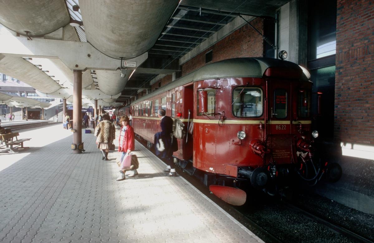 Ekstratog, påsketog, fra Hamar (Røros) har ankommet Oslo S i påskeinnfarten. Motorvogn BM 86 22. Motorvogntogene Røros - Hamar på Rørosbanen ble ved stor trafikk kjørt som ekstratog helt inn til Oslo.
