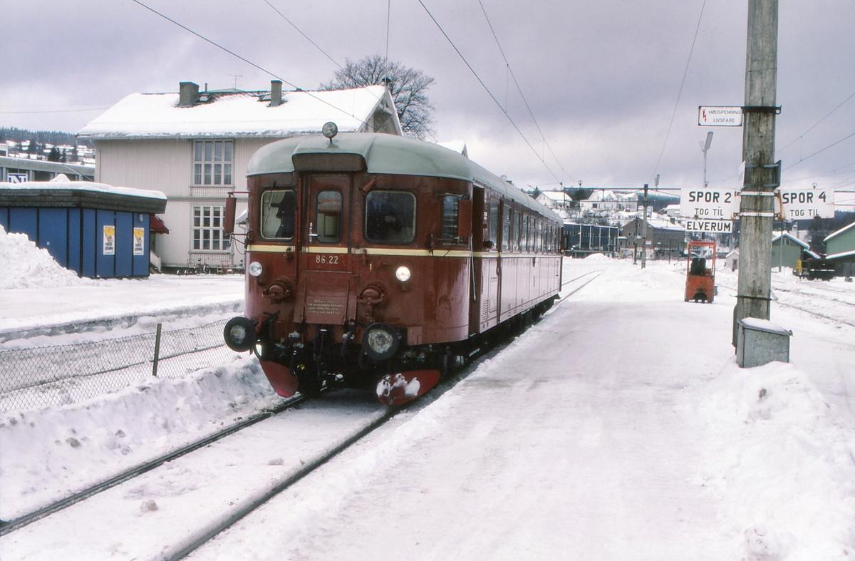 Tog til Hamar over Solørbanen på Kongsvinger stasjon. NSB dieselmotorvogn BM 86L 22